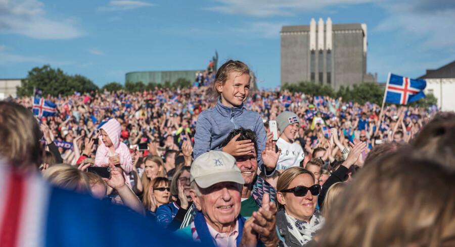 Flere tusinde mennesker var mødt op for at hylde deres nationale helte Det islandske landshold kommer hjem efter EM i Frankrig