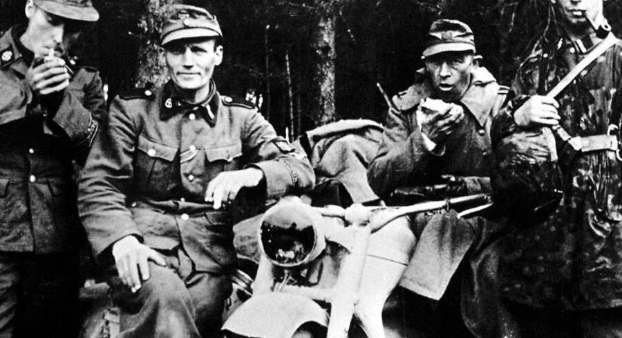 Der er tid til en bid brød og en pibe tobak i marts 1945. Fire danske veteraner fra 1941 i det store skovområde øst for Berlin er klar til det sidste og afgørende slag med russerne. De tvivler lidt, men de tror stadig på, at Hitler og SS-tropperne kan vinde krigen.
