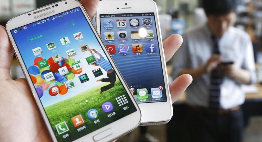 Så mødes stridshanerne Samsung og Apple igen i retten med gensidige beskyldninger om at have kopieret hinandens funktioner - her en Galaxy S4 (til venstre) fra Samsung og en iPhone 5 (til højre) fra Apple. Foto: Kim Hong-Ji, Reuters/Scanpix