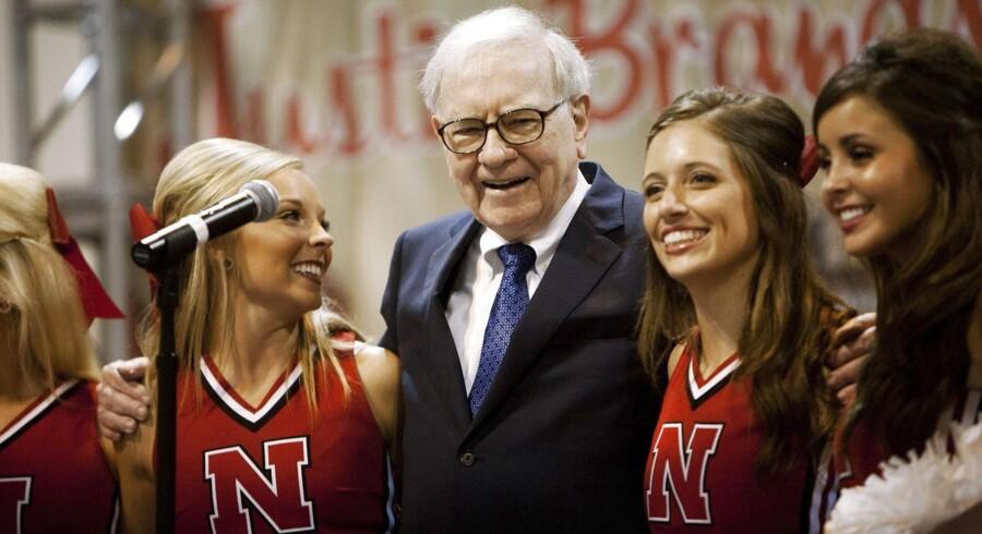 Warren Buffet synger her sammen med cheerleadere fra University of Nebraska under det årlige aktionærmøde i Berkshire Hathaway, som er Buffets investeringsselskab.