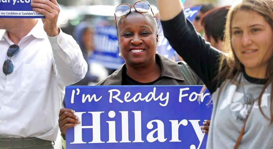 """Frivillige fra organisationen """"Ready for Hillary"""" samlet uden for et hotel i Beverly Hills 8. maj, hvor tidligere udenrigsminister Hillary Clinton modtog en pris. Clinton har ikke selv bekræftet, om hun stiller op som præsidentkandidat til valget 2016. Foto: Robyn Beck/AFP"""