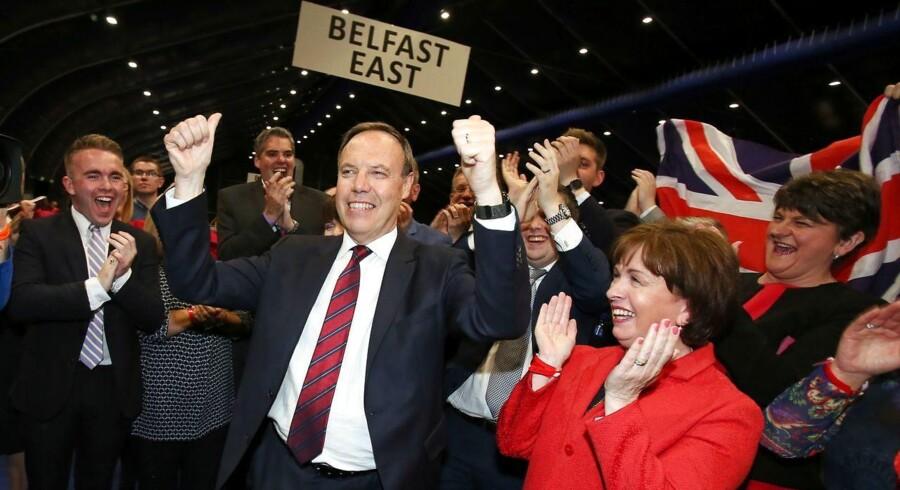 Nigel Dodds fra det Nordirske Democratic Unionist Party (DUP) fejrer sejren i Nordbelfast ved det engelske parlamentsvalg. DUP er blevet helt og aldeles essentielle for Theresa Mays nye regering - uden Nordirene har De Konservative ikke flertal i det engelske parlament.