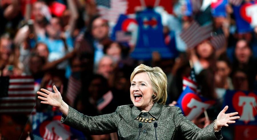 Hillary Clinton fejrer her sin sejr ved primærvalget i staten Pennsylvania. Og Clinton har masser at fejre i øjeblikket, hun er nemlig også klart den kandidat, der har opnået størst finansiel støtte til sin kampagne.