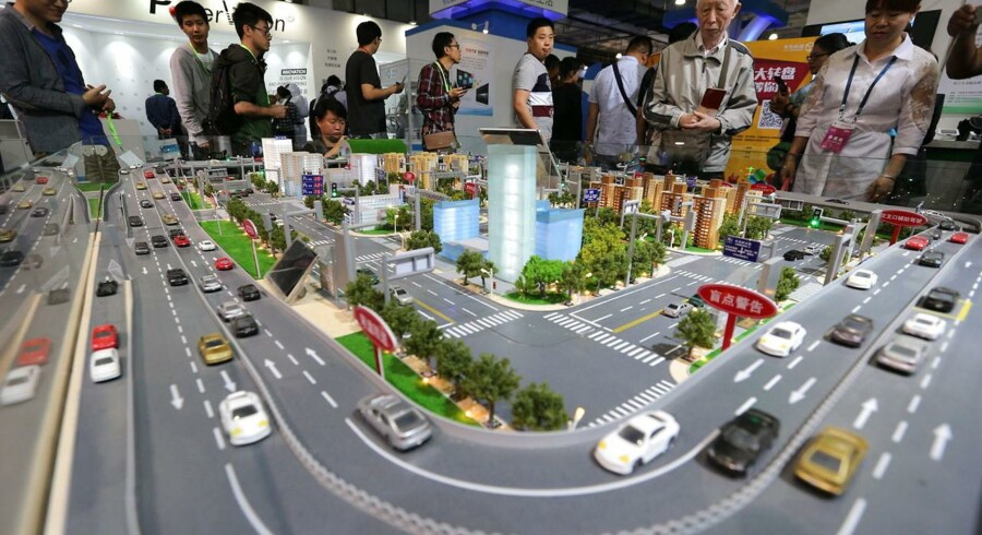 I fremtidens smarte byer er millioner, hvis ikke milliarder, af ting og tingester koblet til Internet. Alle deres data kan samles op og bruges til f.eks. bedre byplanlægning og selvkørende biler, som undgår trafikpropper og selv kan holde afstand til de forankørende, som også sender signaler ud. Her en model fra den internationale udstilling i Beijing i Kina for en måned siden. Arkivfoto: Wu Jong, EPA/Scanpix