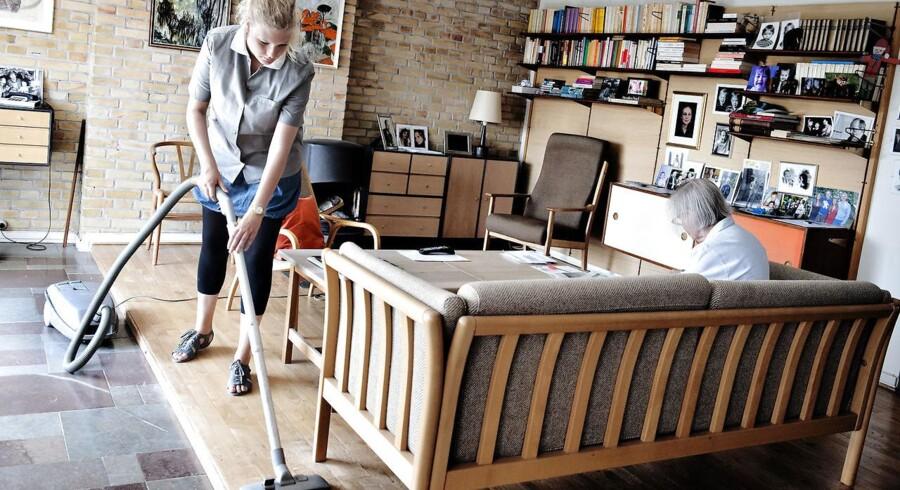 Modelfoto: Næsten hver anden pårørende synes, at den offentlige hjælp til ældre er så utilstrækkelig, at de føler sig nødsaget til at hjælpe, for at sikre den ældre borger et ordentligt liv. Det viser en ny undersøgelse fra Ældre Sagen.