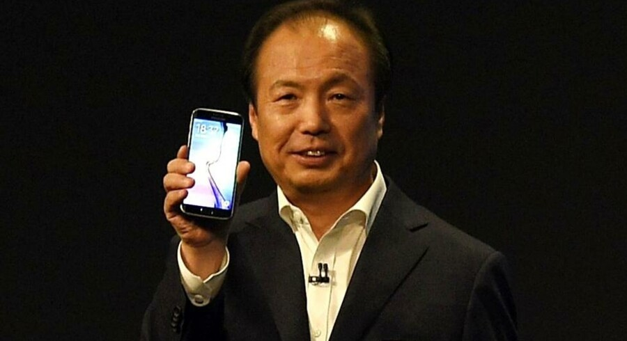 Her er Samsungs nye topmodel, Galaxy S6, i hænderne på Samsung Electronics topchef, J.K. Shin, på Mobile World Congress i Barcelona. Telefonen - og dens tvillingebror med kantskærm - kommer til Danmark om en måneds tid. Foto: Lluis Gene, AFP/Scanpix