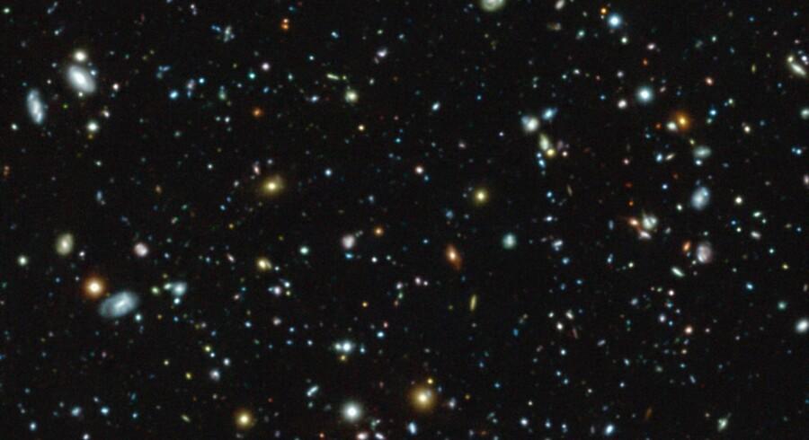 Et blik - verdens hidtil dybeste kig i universet. Sådan så en række af universets første galakser ud for ca. 13 milliarder år siden.