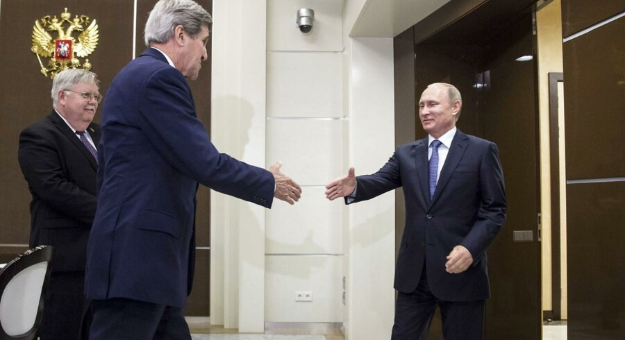 USAs udenrigsminister John Kerry (tv) møder her Ruslands præsident Vladimir Putin i Sochi i går.