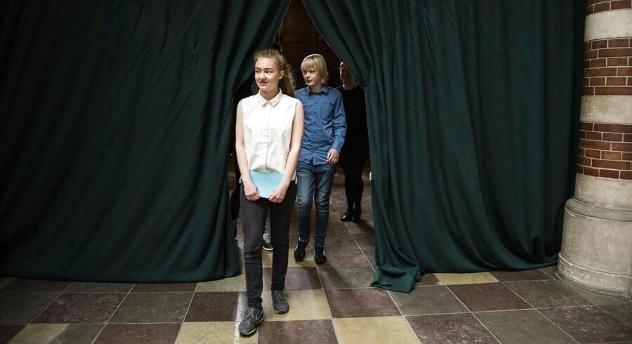 Unge før og under deres tale i forbindelse med Women Deliver-konferencen, hvor de blandt andet skulle interviewe Mogens Lykketoft.