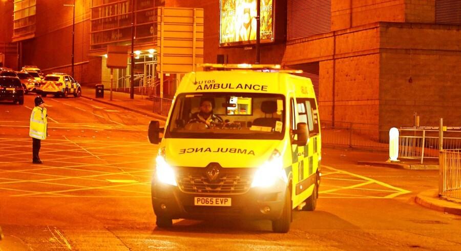 En ambulance kører væk fra Manchester Arena hvor en eksplosion har taget livet af mindst 19 mennesker - primært teenagere, der var til koncert med den amerikanske sanger Ariana Grande.