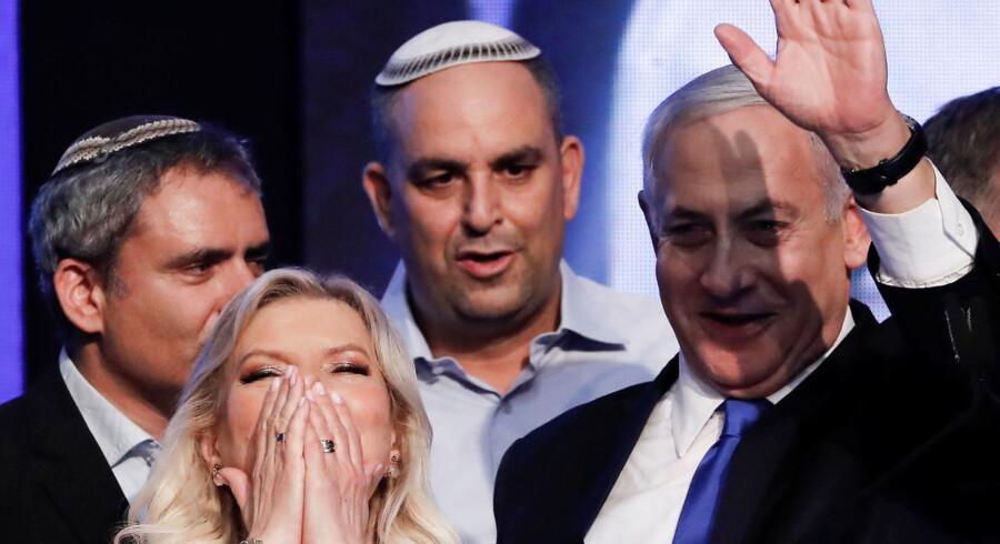 Israels premierminister, Benjamin Netanyahu, får brug for sin evne til at komme ud af besværlige situationer, efter hvad der tegner til et skuffende valgresultat og med risikoen for at komme for retten i fire korruptionssager, hvis han mister sit embede.