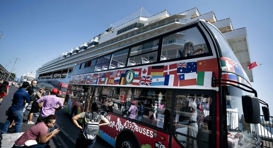 En af mange turistbusser på Langelinie, hvor rigtigt mange turister skal forbi for at se Den lille havfrue.