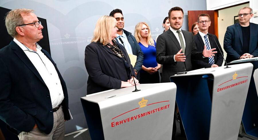 Erhvervsordførerne mødte medierne efter deres møde om betalingsløsninger for Nets i Erhvervsministeriet.
