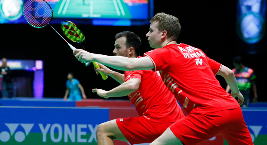 Den danske badmintondouble røg torsdag ud af turneringen efter et nederlag i tre tætte sæt til Yew Sin Ong og Ee Yi Teo fra Malaysia. Danskerne tabte med cifrene 18-21, 21-14, 23-25.
