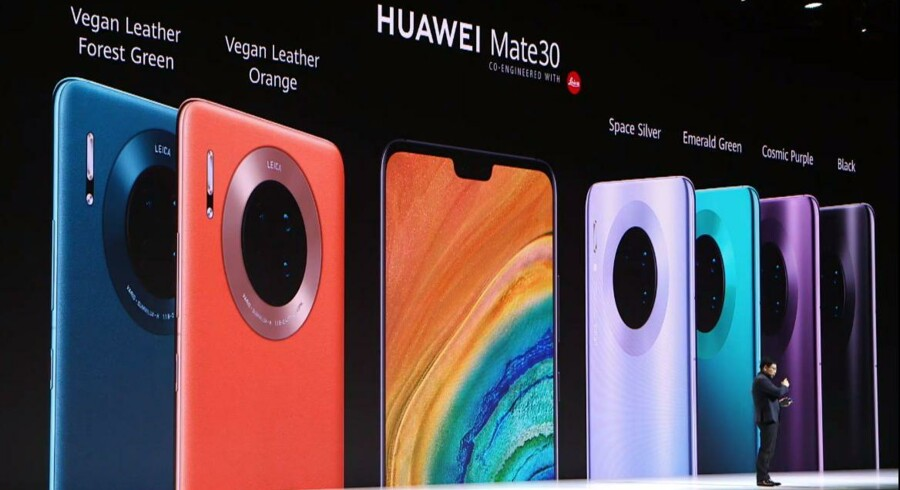 Sådan ser de ud, de to nye Mate 30-telefoner fra verdens næststørste mobilproducent, Huawei, som har skruet helt op for funktionerne. Huaweis mobilchef, Richard Yu, præsenterede dem torsdag eftermiddag i München. Foto fra Huaweis præsentation