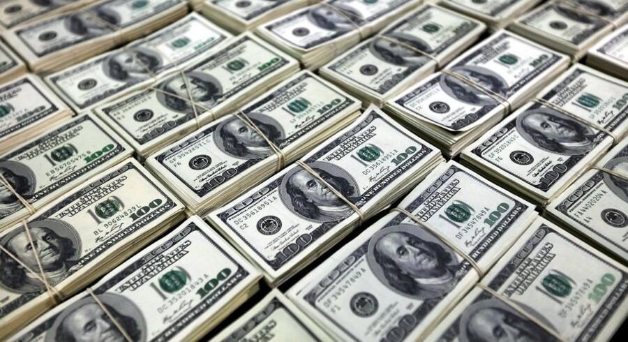 »Gældsniveauet i verden er steget og udgør nu omkring 240 pct. af klodens samlede BNP. Langt størstedelen af alt den gæld er denomineret i dollars qua dens rolle som verdens reservevaluta. (...) En stærk dollar hæmmer ikke blot eksportgrenen af verdens største økonomi, det skaber også problemer for udviklingslandene og virksomheder, der har gæld i dollars,« skriver Steen Jakobsen.