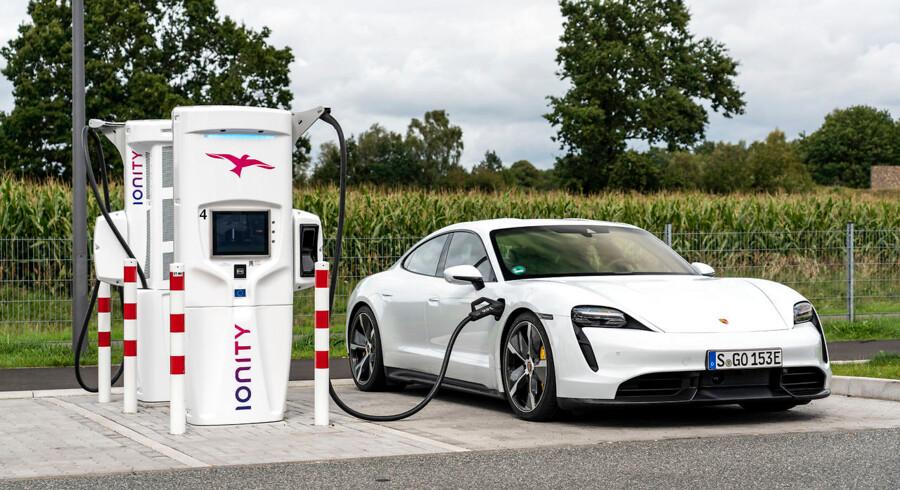 Taycan kan i princippet lade med helt op til 270 kW på en Ionity-hurtiglader. Men med halvt batteri lader den kun med omkring 140 kW, og så får du omkring 180 km ekstra realistisk rækkevidde på 20 minutter.