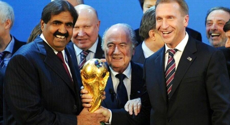 Der var masser af smil over hele linjen, da FIFAs daværende præsident, Sepp Blatter, der siden måtte gå af efter korruptionsanklager, i 2010 overrakte VM-trofæet til emir Khalid bin Hamad Al Thani som symbol på, at Qatar blev valgt som vært for VM i fodbold i 2022.