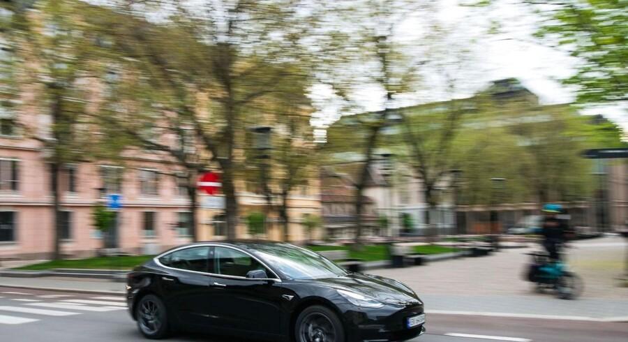 Regeringens støttepartier er klar til at gøre, hvad der skal til for at få forbrugerne til at investere i elbiler, mens transportministeren afviser at lade sig inspirere af Norges succes.