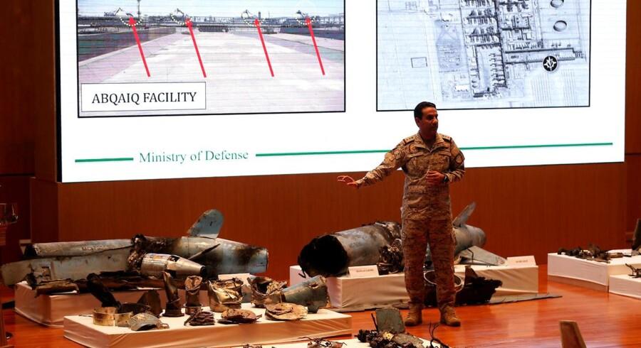 En talsmand for det saudiske forsvarsministerium fremviser rester af missilerne, der angiveligt blev brugt i angrebet på landets olieindustri.