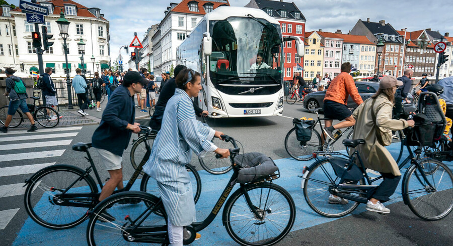 Turister i Nyhavn, København. Antallet af turister i hovedstaden stiger voldsom de kommende år. Busser, cykelister.