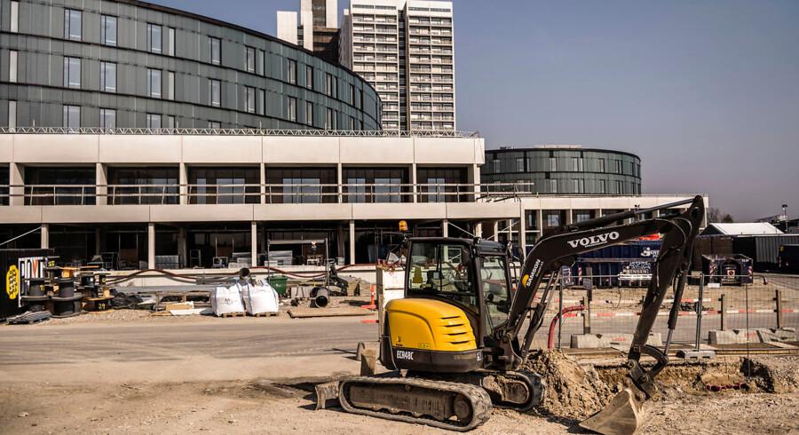 50 senge kan komme til at være ledige, når det nye akuthus ved siden af det høje sygehustårn i Herlev står klar til næste år, viser embedsmandsorientering til politikerne i Region Hovedstaden.