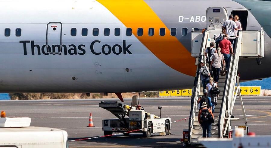 Turister går ombord på et Thomas Cook fly i Heraclion lufthavn på Kreta d. 24. september 2019. Selskabet, der begyndte med at arrangere togture for afholdsfolk, endte med at blive kvalt af gæld.