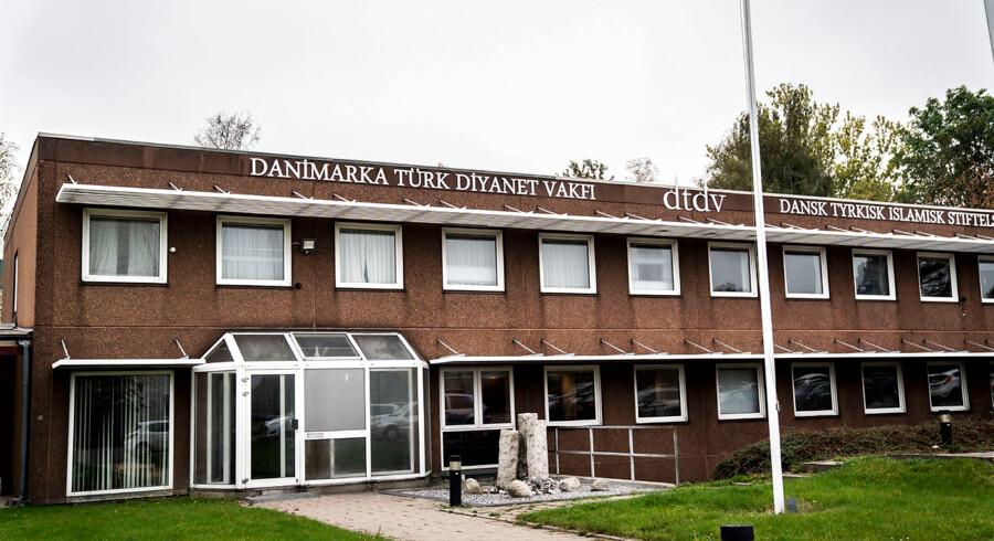 Dansk Tyrkisk Islamisk Stiftelse i Glostrup organiserer sammen med den tyrkiske ambassade i København de statsudsendte tyrkiske imamer. En ordning, som politikere hen over midten vil have op til revision.