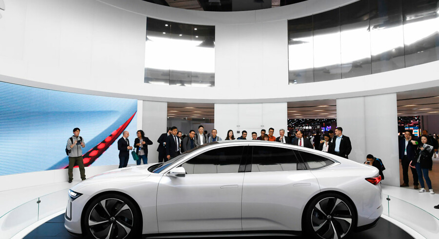 Den kinesiske elbilproducent Nio, der her fremviser modellen ET Preview på Shanghai Auto Show i april, kæmper i øjeblikket med en enorm gæld i bestræbelserne på at slå Tesla af tronen. Arkivfoto: Greg Baker/AFP/Ritzau Scanpix