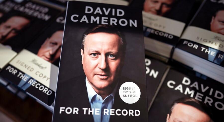 David Camerons nye selvbiografi, »For the Record«, har på de første fire dage solgt 20.792 eksemplarer.
