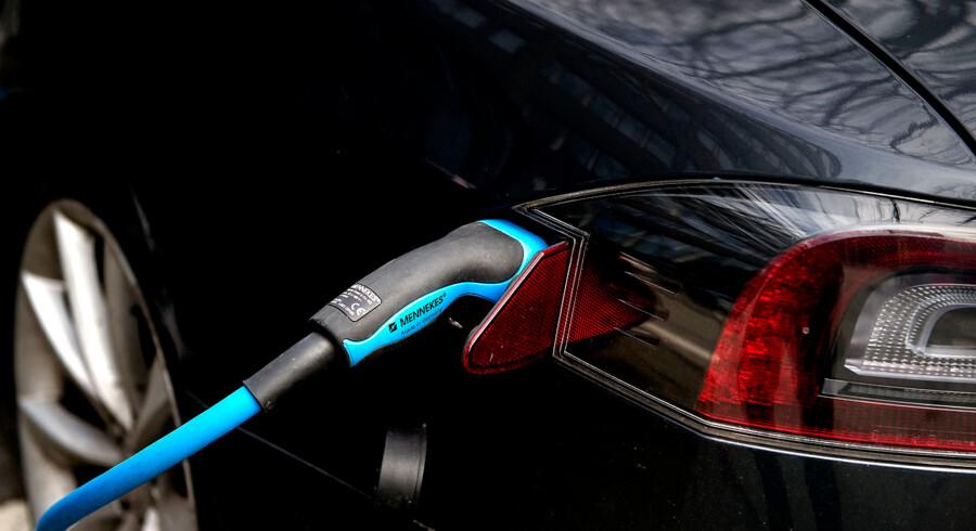 Det skal fra næste år være gratis at parkere elbil i København. Til gengæld skal alle andre bilister betale mere for at stille bilen i København. Det er et af de forslag, som Københavns overborgmester Frank Jensen (S) bærer med ind i budgetforhandlingerne for næste år, og det er et af flere bud på, hvordan man når målsætningen om at gøre København til verdens første CO2-neutrale hovedstad.