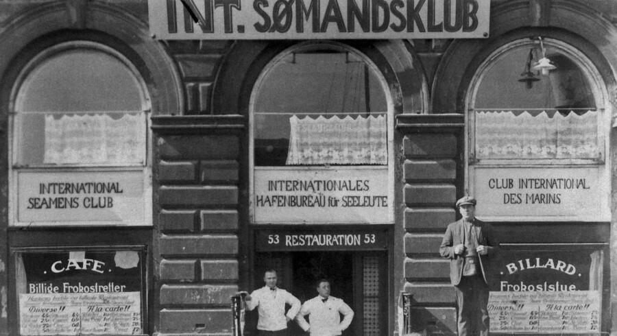 Det ser ud som et hyggeligt værtshus, men fotografiet viser den internationale sømandsklubs lokaler i Havnegade, der tjente som front for samarbejdet med sovjetiske spioner. Foran står fagforeningsbossen Richard Jensen, der var kommunistisk aktivist og hjalp Kominterns spioner og senere havde samarbejde med den tyske kommunist Ernt Wollweber, der stod bag bombesprængninger i danske havne. Foto fra begyndelsen fra 1930erne.
