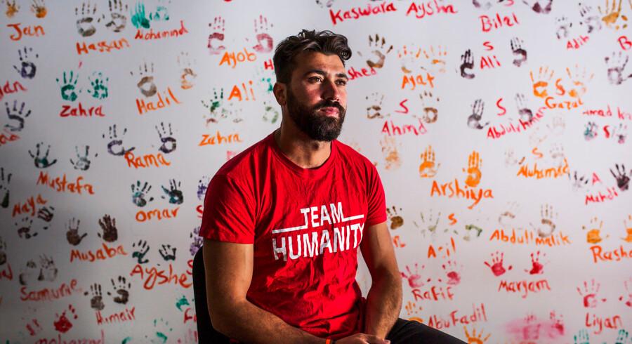 »Jeg har trukket døde børn op af vandet. Jeg har selv begravet fire børn og en mor og far med mine egne hænder,« siger dansk-irakiske Salam Aldeen, der arbejder med nødhjælp på den græske ø Lesbos.