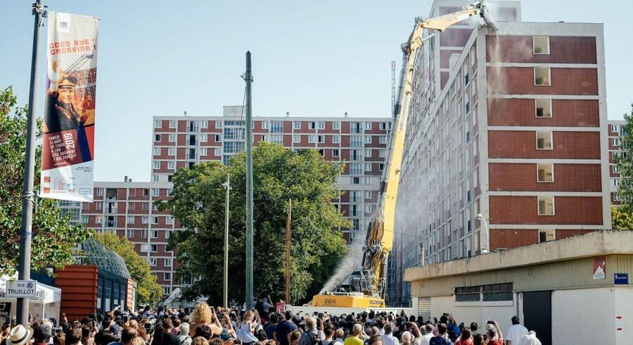 Hundredevis af mennesker stimlede sammen sidst i august for at se Cité Gagarine falde til jorden.