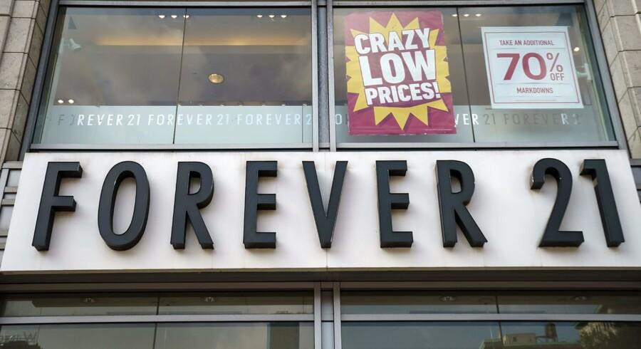 Forever 21 er gået i betalingsstandsning, og modegiganten bliver formentlig dermed endnu en i rækken af virksomheder, der lider den butiksdød, som øget onlineshopping har medført.