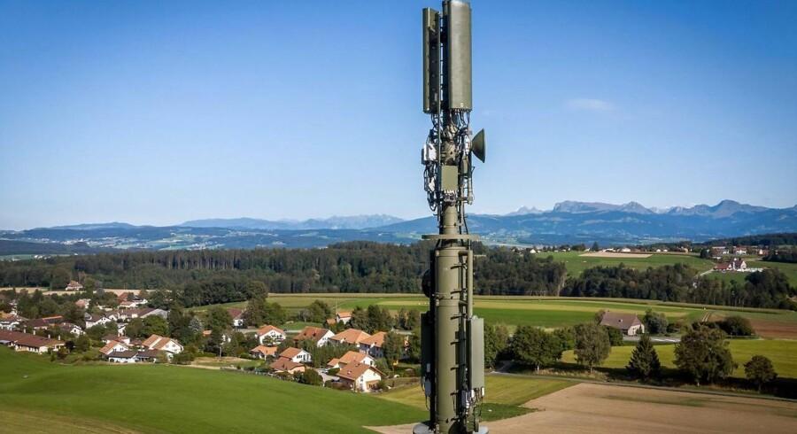 5G-mobilteknologien med meget højere datahastigheder over mobilnettet og stort set ingen forsinkelse skaber mange muligheder, men flere er også bekymret for, om mobilsignalerne medfører en strålingsfare. Her ses en 5G-mobilantenne nær Montpreveyres i det vestlige Schweiz, som er et af de endnu få lande, hvor mobilnettene er åbnet for 5G-forbindelser. Arkivfoto: Fabrice Coffrini, AFP/Ritzau Scanpix