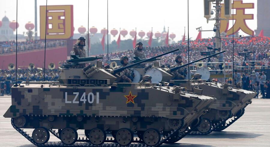 Kinesiske kampvogne trillede forbi Den Himmelske Freds Plads i Beijing.