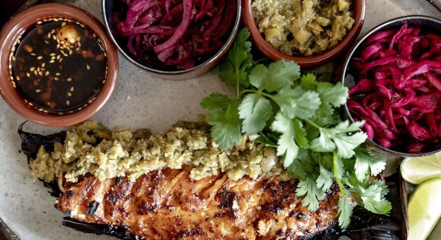 Restaurant Donda på Christianshavn er kraftigt inspireret af det mexicanske køkken og giver seriøst meget for pengene. Her er det rødfisk grillet og marineret i røget chiopotle-chili. Fisken og de fire toppings bruges som fyld i de lækreste smørtacos.
