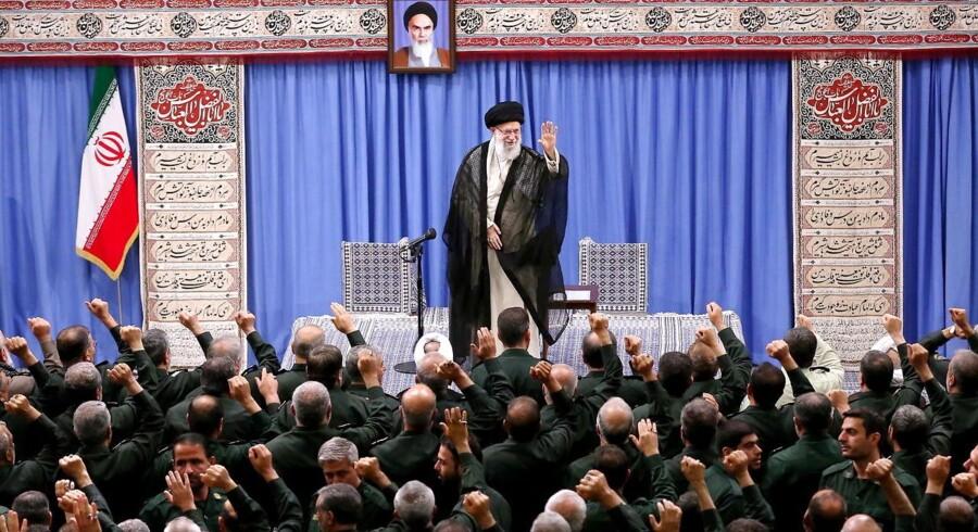 »De seneste måneder, især efter at USA har udnævnt den iranske revolutionsgarde, IRGC, som terrororganisation og forladt atomaftalen med Iran, er konflikten eskaleret. IRGC, som går forrest i provokationerne mod Vesten, er (...) en paramilitær organisation, som ikke er underlagt konventionelle spilleregler, og som refererer direkte til Irans åndelige leder, Khamenei,« skriver Naser Khader. På fotoet ses Khamenei tale til lederne af IRGC. Foto: Epa