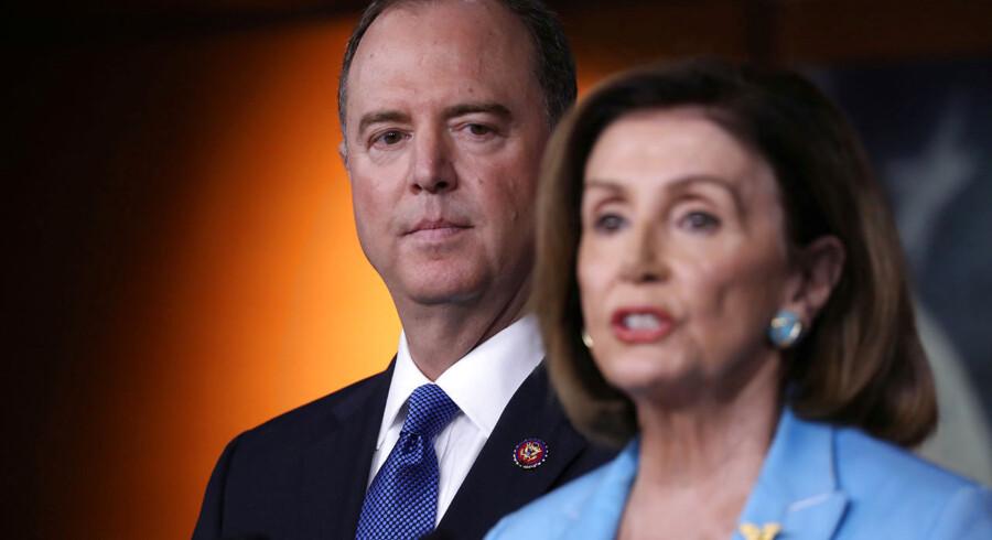 Nancy Pelosi, der er Demokraternes formand i Repræsentanternes Hus, og Adam Schiff, der er formand for efterretningsudvalget, indkaldte onsdag til et pressemøde om blandt andet Trumps retorik. Det blev ikke vel modtaget af præsidenten.