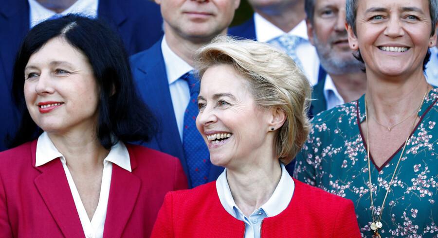 Margrethe Vestager og de øvrige kommissærer skal ikke gøre sig håb om at møde på kontoret før chefen, for den nye kommissionsformand, Ursula von der Leyen, har truffet en utraditionel beslutning. Her ses en del af det nye kommissærhold med chefen i midten.