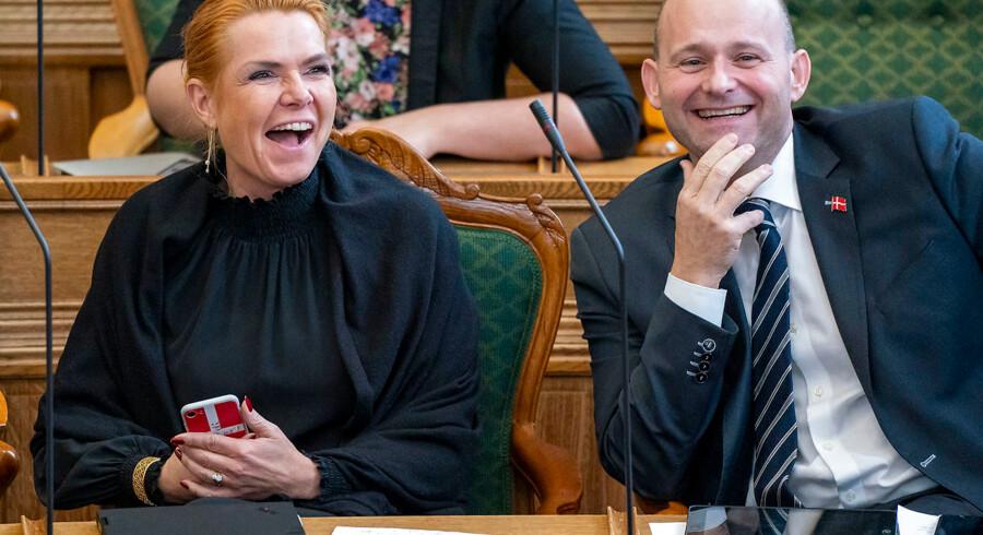 Formanden for de Konservative, Søren Pape, morede sig med Venstres næstformand, Inger Støjberg, over Simon Emil Ammitzbøll-Billes tale.