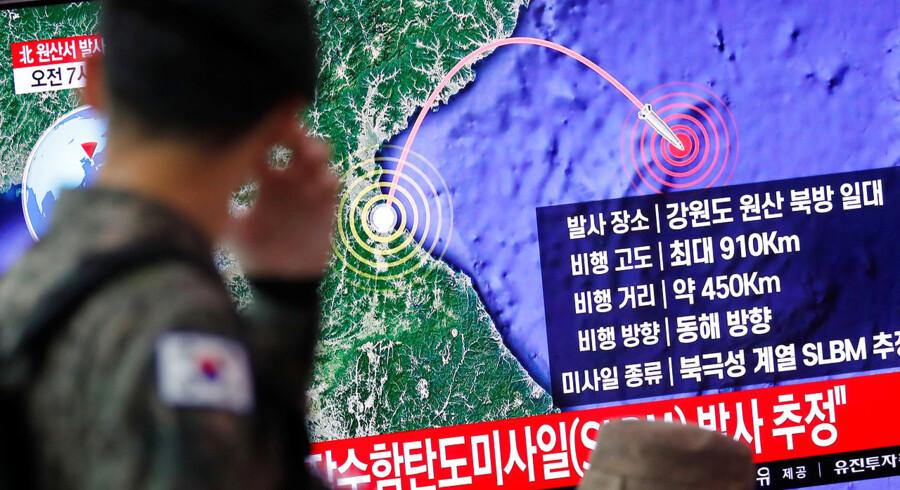 Nordkorea er begyndt at teste en række nye, farlige missilsystemer. Her følger en sydkoreansk soldat på TV affyringen af en nordkoreansk raket.