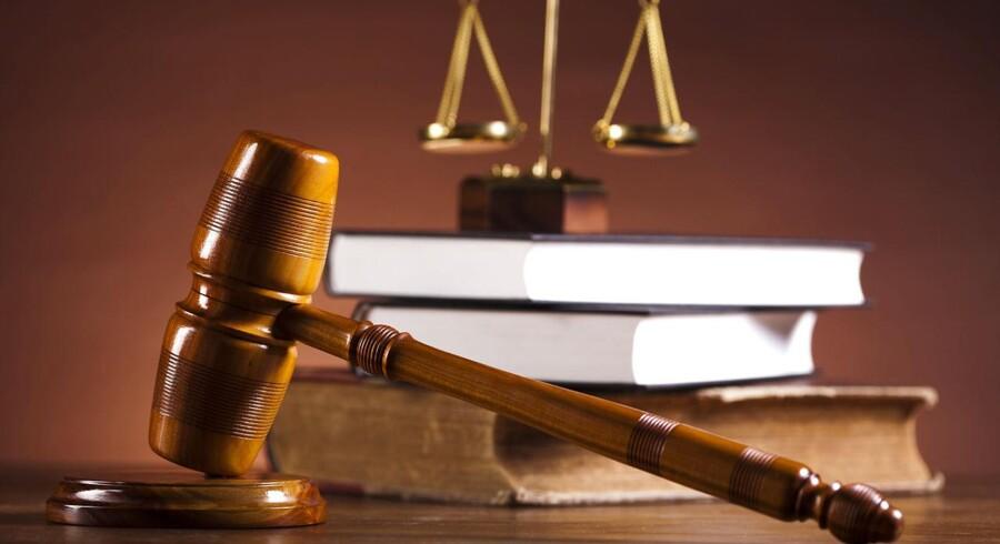 »Hvis en advokat (cand. jur.) udøver sit hverv gennem en advokatvirksomhed, så har vedkommende ret til at kalde sig advokat, men går samme person i sit karriereforløb til en virksomhed uden for advokatbranchen og udøver selvsamme juridiske rådgivning (...) skal advokattitlen lægges på hylden,« skriver Mogens Nørgaard Mogensen og Anders Dons.