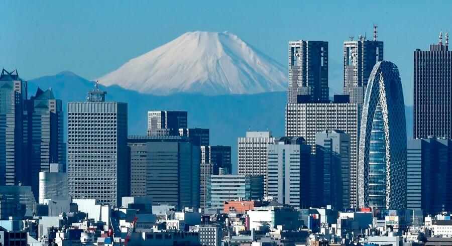 Japankenderen Asger Røjle gør verdens største by nærværende og overskuelig i sin hyggelige slentreguide til Tokyos mange bydele, herunder det myldrende Shinjuku på billedet.