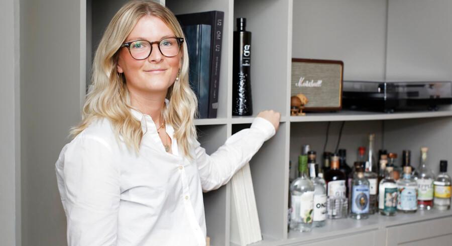 Emilie Bjørnskov har selv tegnet reolens øverste del, som er udført af hendes far og monteret på IKEA-underskabe. I reolen har hun plads til sin samling af gin, de LP-plader, hun har overtaget fra sine forældre, samt bøger og grammofon.