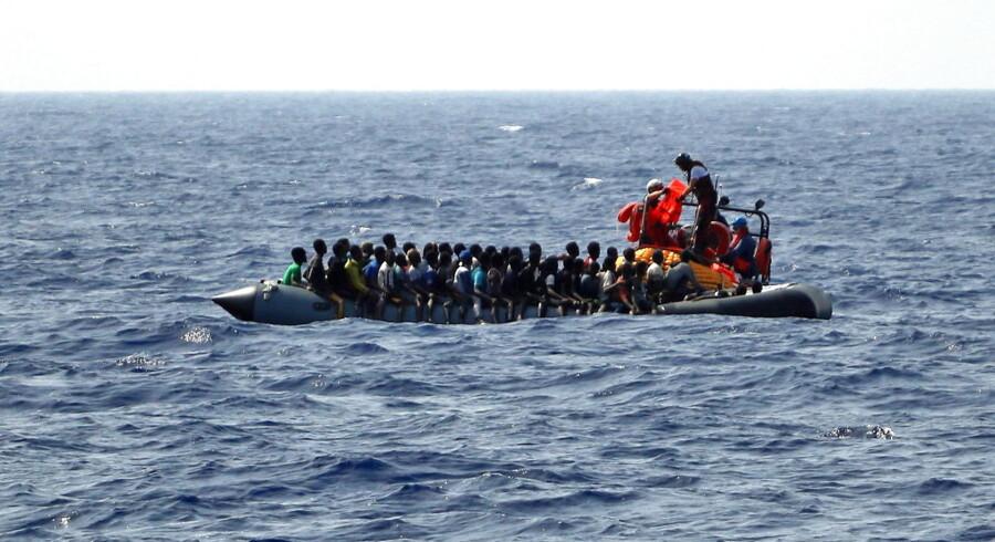 En redningsbåd fra Læger uden Grænser redder 350 migranter, som havde været til søs i mere end ti dage. Arkivfoto: Hannah Wallace Bowman/Reuters/Ritzau Scanpix