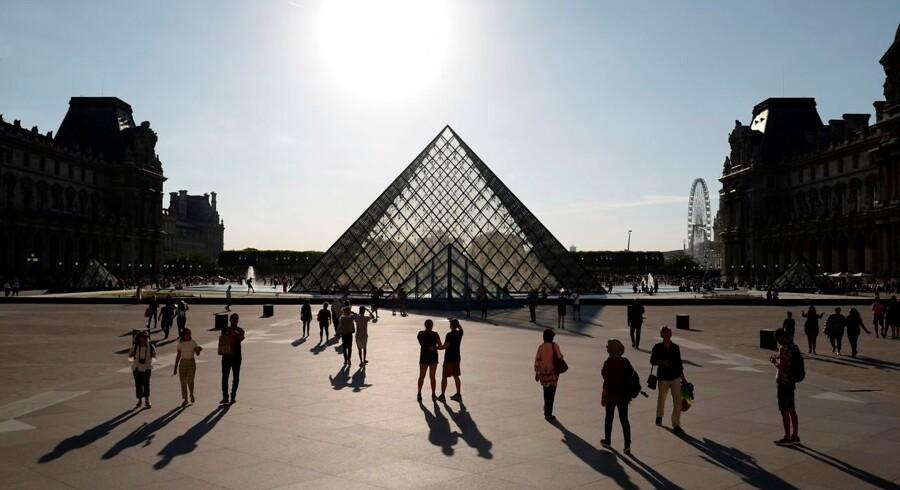 Louvre i Paris er i efteråret ramme om en af de store kunstoplevelser i Europa. I anledningen af 500-året for Leonardo da Vincis død viser museet en udstilling om geniet fra renæssancen. Louvre ses her med arkitekten I.M. Pais ikoniske glaspyramide, der også er indgang til museet.