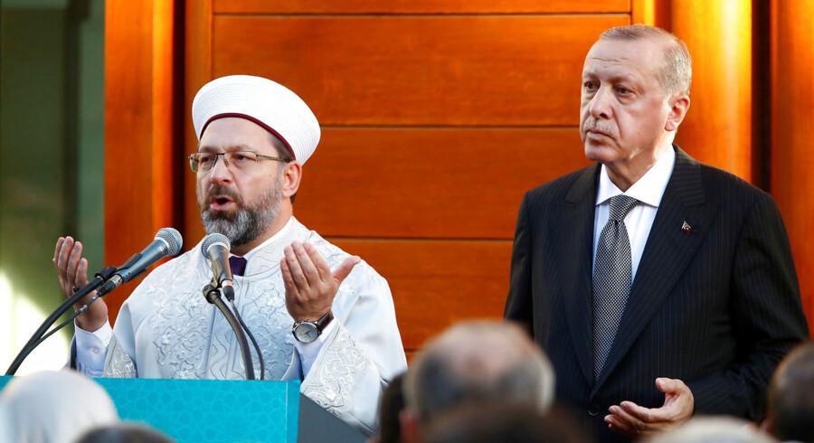Beskrivelser af tyrkisk overvågning i Danmark har ganske vist ført til nogle diplomatiske samtaler mellem Tyrkiet og Danmark, men ellers har de ikke haft nogen konsekvenser. Diyanet, der udsender imamerne til Danmark, er et af præsident Erdogans vigtigste statsapparater. Her ses Erdogan med Diyanets præsident, Ali Erbas.