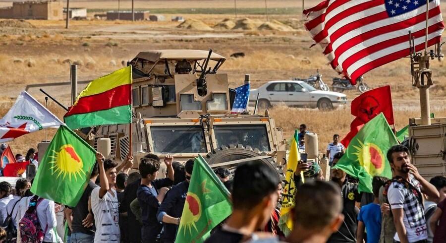 Syriske kurdere demonstrerer mod Tyrkiets trusler om at rykke ind i dele af det kurdisk kontrollerede nordlige Syrien. Donald Trump har så travlt med sin tilbagetrækning i området, at han svigter både allierede og kampen mod IS.